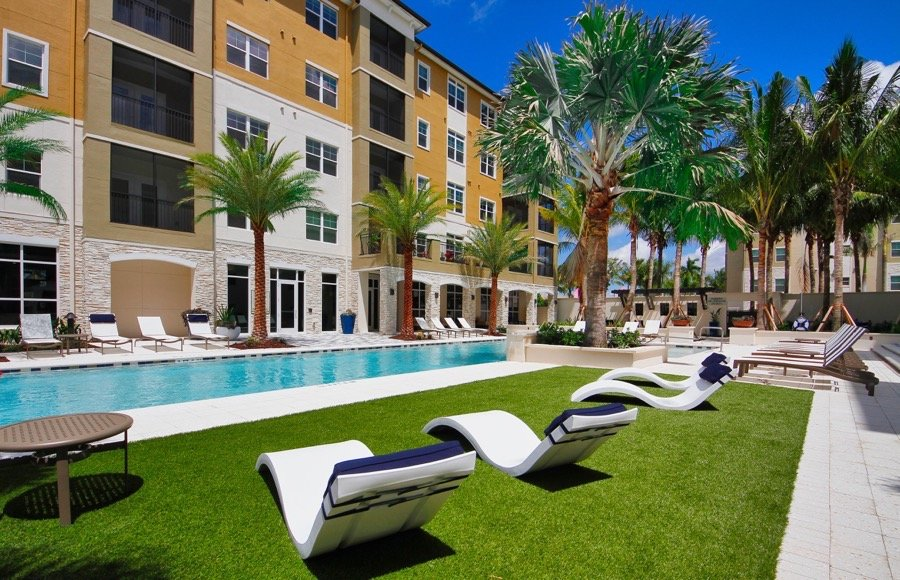 Marquis Coral Springs Pool and Lounge area